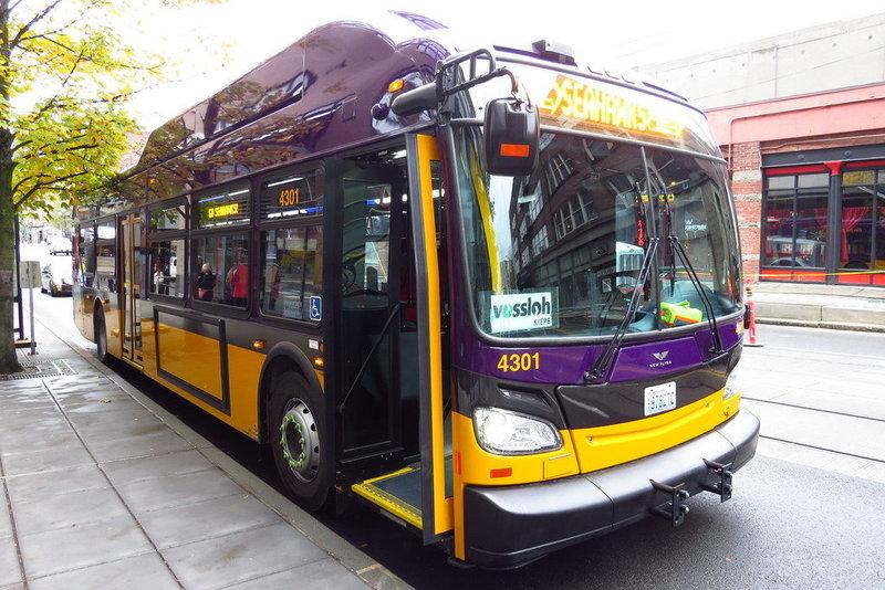 Транспортная компания Сиэтла начала эксплуатировать первые новейшие троллейбусы Xcelsior XT40, способные ездить как со штангами, так и без оных.