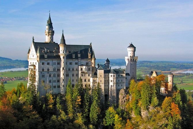 Нойшванштайн в Германии - ожившая сказка Людвига II расположенная в красивейшем уголке Баварских Альп..