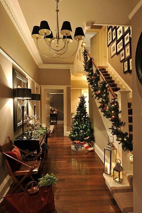Волшебное украшение лестницы елочными ветками