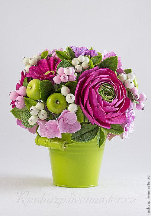 Зеленое ведерко с цветами