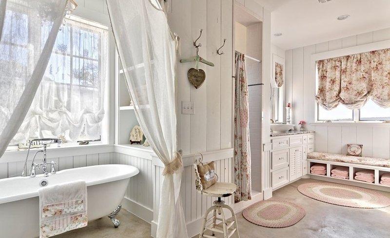 Прозрачные и плотные шторы в ванной в стиле шебби-шик
