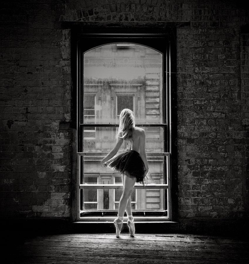 Видео где девушка танцует перед окном достанет видео пизды