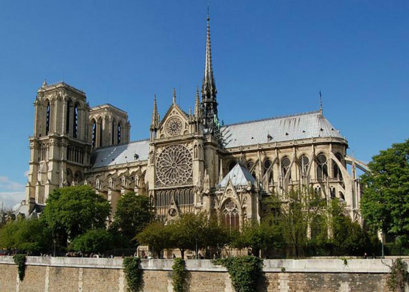 Классическая архитектура впервые появилась на юге Франции во время римских завоеваний. Информация взята с сайта биржи Автор24: https://author24.ru/spravochniki/arhitektura_i_stroitelstvo/arhitektura_francii_19_veka/ .