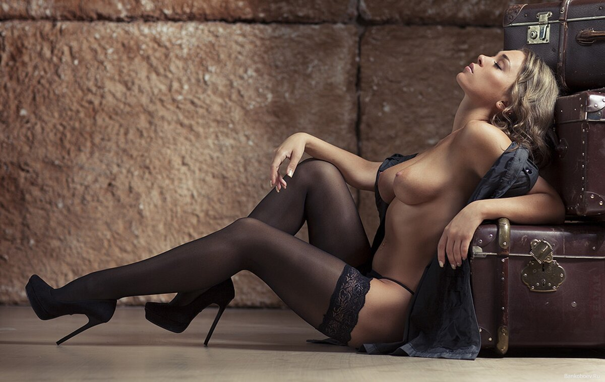 Девушки в черных чулках раздевается видео, фото толстых половых членов в вагине крупно