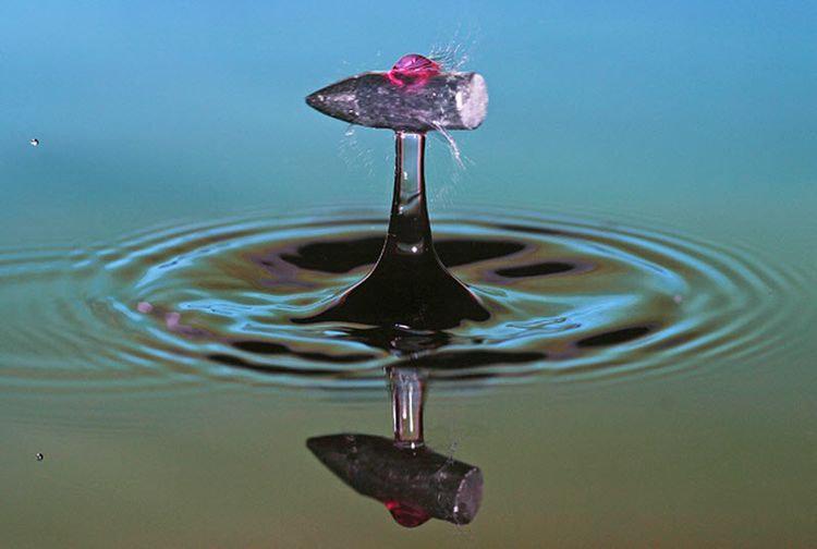 Пуля проходит сквозь каплю воды