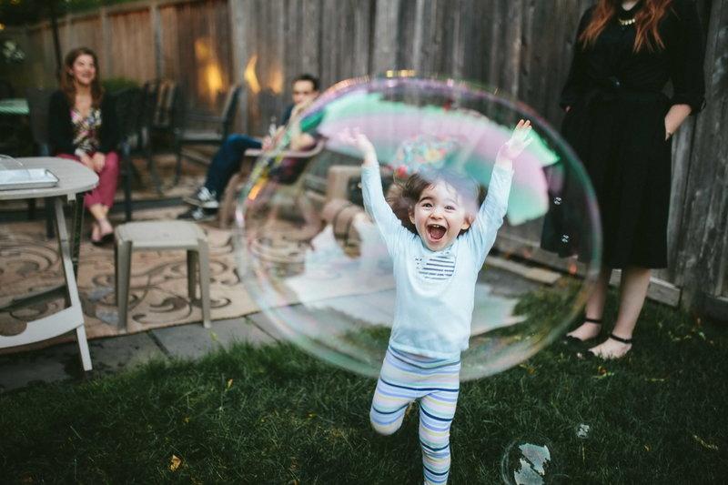 Ребёнок и мыльный пузырь