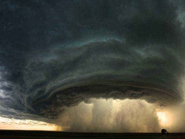 Сильный дождь из ураганного облака