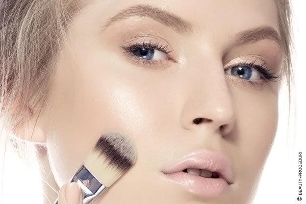 Как правильно пользоваться тональным кремом и пудрой, чтобы скрыть недостатки кожи