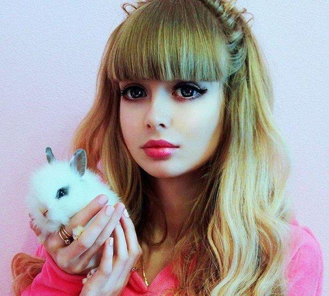 Внешняя схожесть с куклой Барби всё больше входит в моду. Девушки стремятся быть похожими на игрушку. Новой русской Барби можно назвать москвичку Анжелику Кенову, которая обладает кукольной внешностью и с успехом этим пользуется, принимая участие в различных фотосессиях.