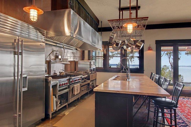островная кухня и стульчики