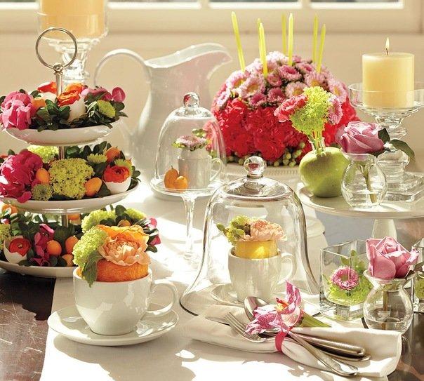 Изящная сервировка стола цветами Конечно же, классический вариант – этосервировка стола цветами. Они могут использоваться любого цвета и размера. Важное условие - они должны гармонично сочетаться не только между собой, но и с другими предметами сервировки. Чтобы изыскано, и красиво украсить стол, особых навыков не нужно. Потребуется немного фантазии, и у вас появятся интересные идеи. Самые обычные и не дорогие материалы, как к примеру, простая ветка с красивым изгибом формы может стать изюминкой стола и весь вечер притягивать к себе взгляд. Этот природный декор будет оригинально и стильно смотреться с серебряными столовыми приборами, если украсить её серебристыми листочками. Если вы хотите приготовить сервировку стола для любимого человека, ветвь можно украсить на изгибах красными розами, это украшение будет гармонично смотреться с красными свечами и лепестками роз на белой скатерти. Для составления букетов следует брать только свеже-срезанные цветы, причем с умеренным ароматом. Правильно будет составить праздничные букеты не очень высокими (не более 20 см), это необходимо для удобства общения. В низу букета располагаются более темные цветы, а выше – более светлые. На круглом столе цветочная композиция устанавливается в центре, а стол с овальной формой можно украсить тремя букетами, в центре самый большой, по бокам два небольших. В качестве ваз подойдут различные блюда,…
