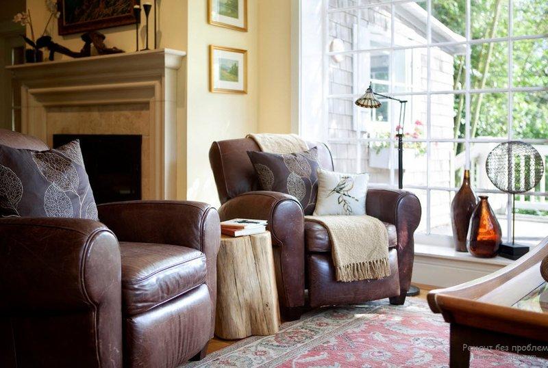Благроодные коричневые кожаные кресла в гостиной