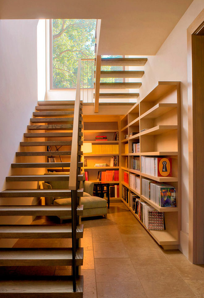 Дополнительная комната под лестницей в доме