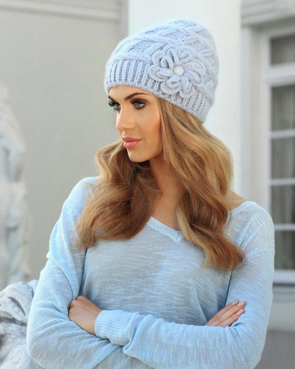 Голубая вязаная шапка для зимы в интернет магазине.