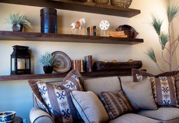 Настенные полки над диваном