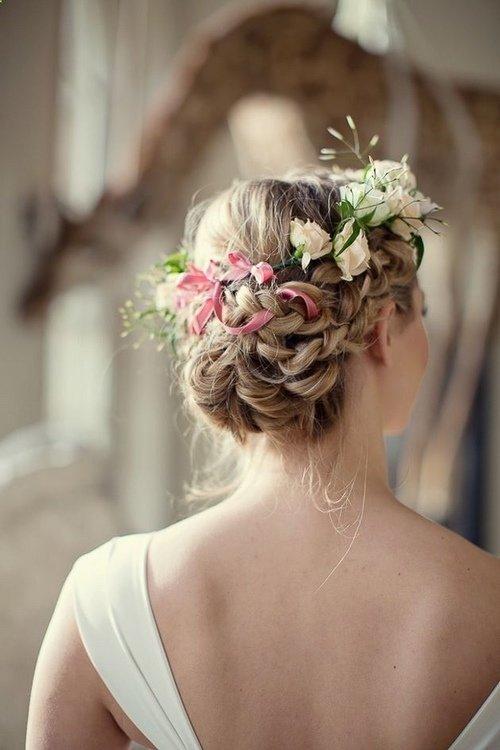 Прически с цветами в волосах на свадьбу: 30 стильных фото идей