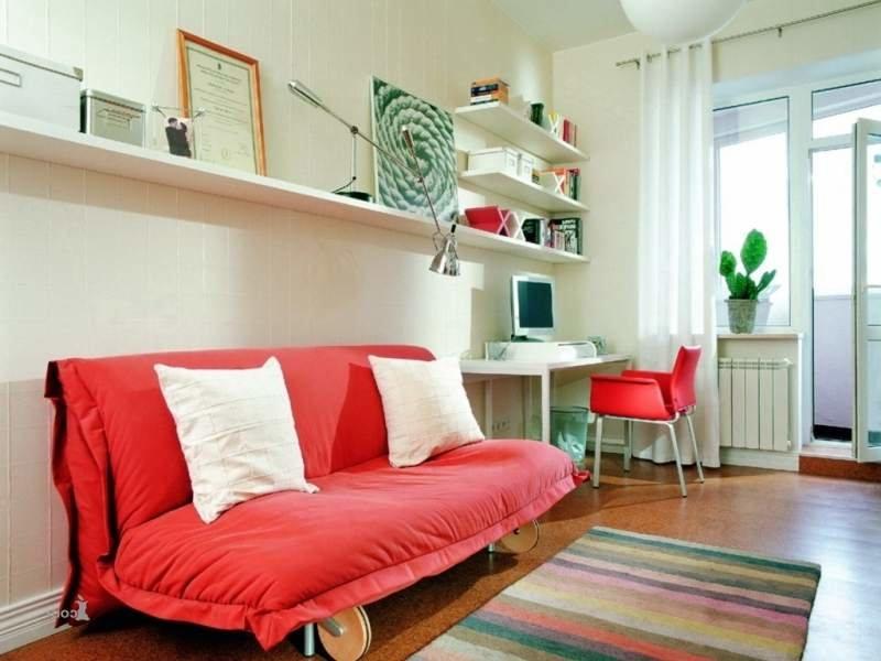 Стильная маленькая гостиная с компактным диваном