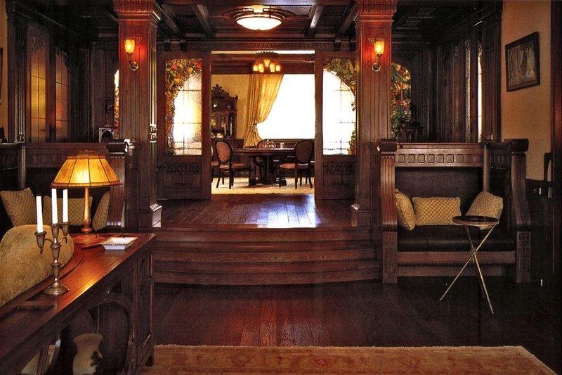 Английский стиль Двухуровневый холл в английском стиле, темное дерево в отделке пола, стен и потолка.