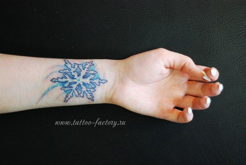тату снежинка, тату на запястье, женские татуировки, тату на руке