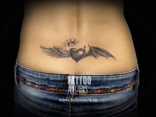 Татуировка на пояснице.