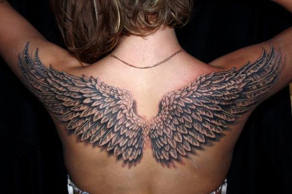 Татуировка с крыльями на спине