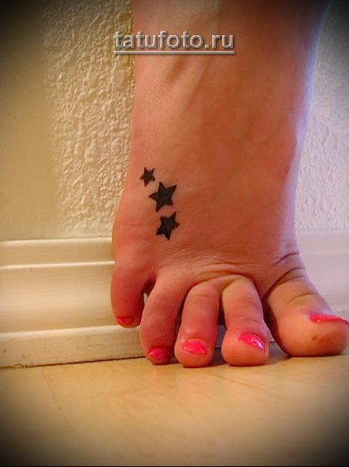три маленькие звездочки в элегантной татуировке на женской ноге - tatufoto.ru