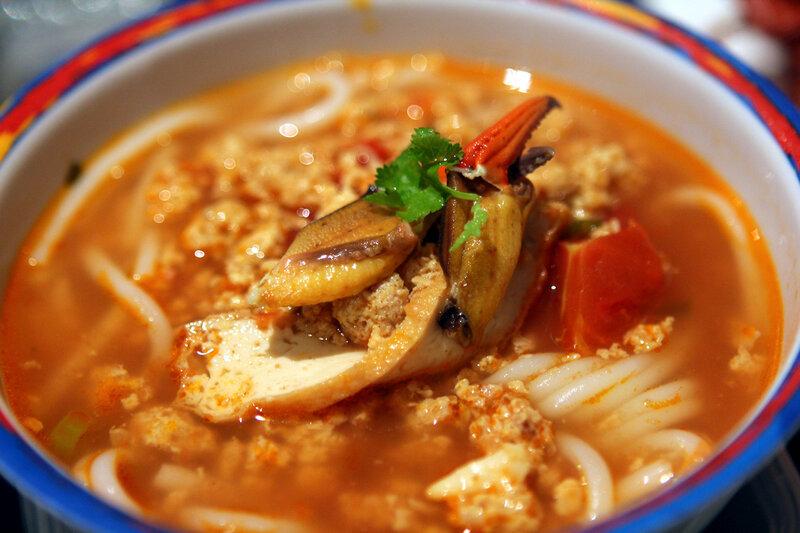 Бун рьеу — суп на основе крабовой пасты с рисовой лапшой и томатами. (mmmsedap)