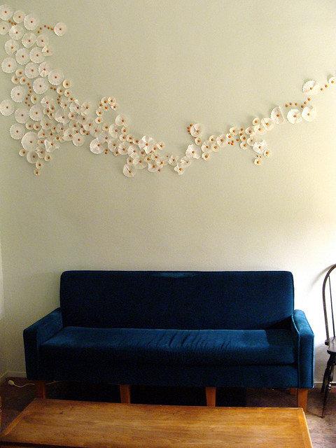 декор стены бумажными ромашками