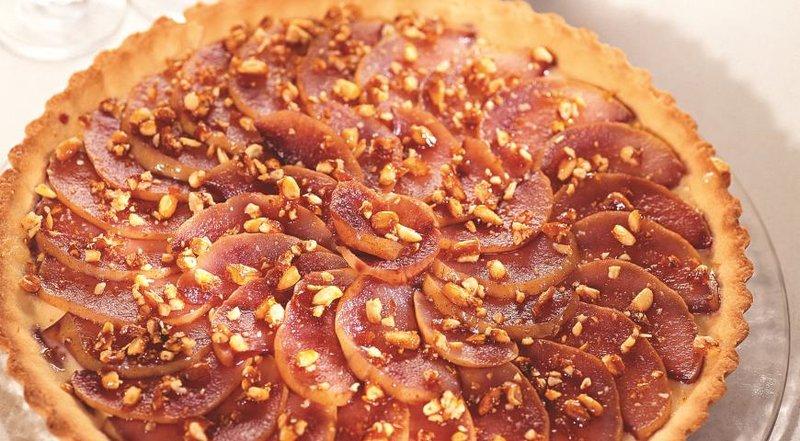 Грушевый пирог с орешками в карамели