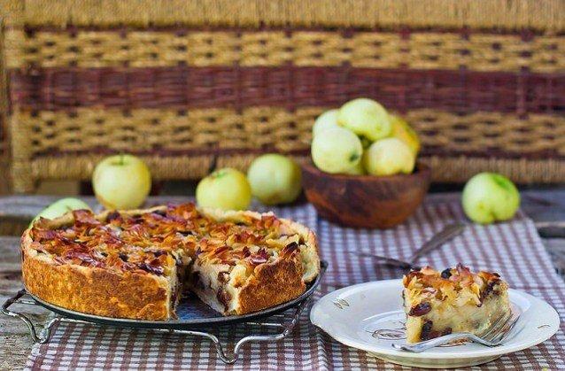 Яблочный пирог с изюмом, медом и миндалем