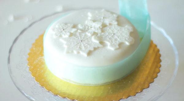 Как украсить торт мастикой в зимней тематике. Видео-рецепт