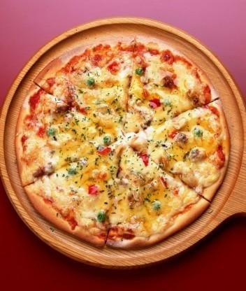 Картофельная пицца с колбасой
