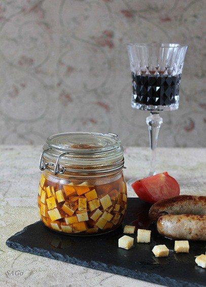 Маринованный адыгейский сыр и вино Icono