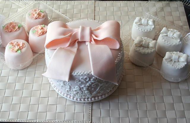 Свадебные мастичные торты и капкейки на заказ.
