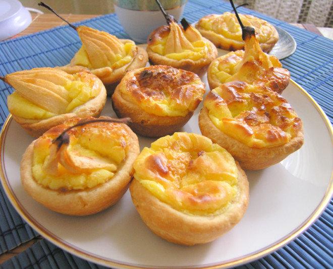 Тарелка с португальскими пирожными