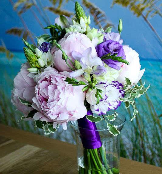 Фиолетовые розы и розовые пионы