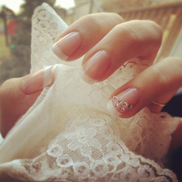 Маникюр для невесты в пастельных тонах