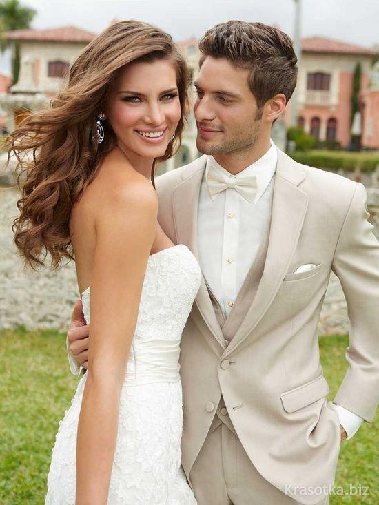 Свадьба. Жених в светлом костюме