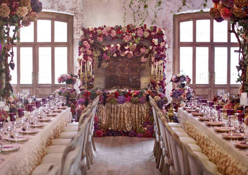 Украшение зала на свадьбу с использованием живых цветов