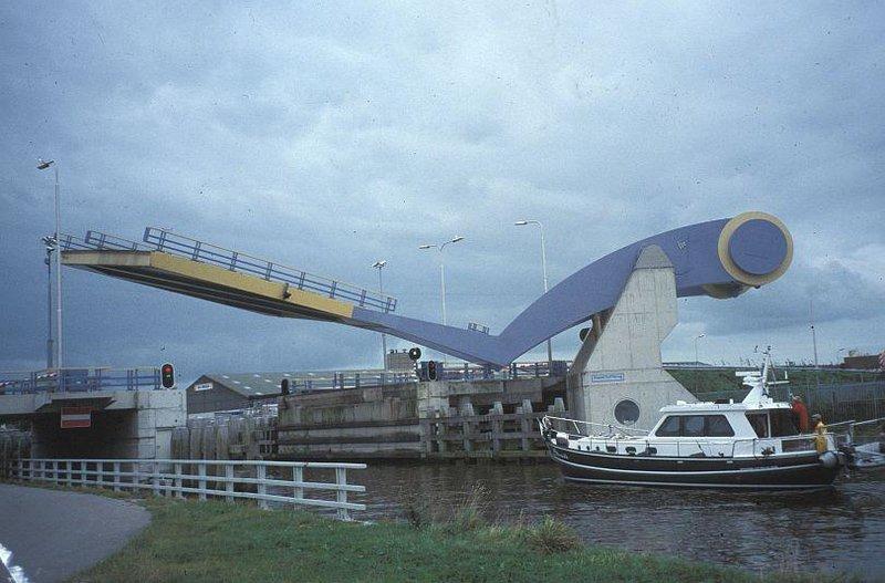Вот такой автоматически подъемный мост Slauerhoff расположен в городке Леуварден