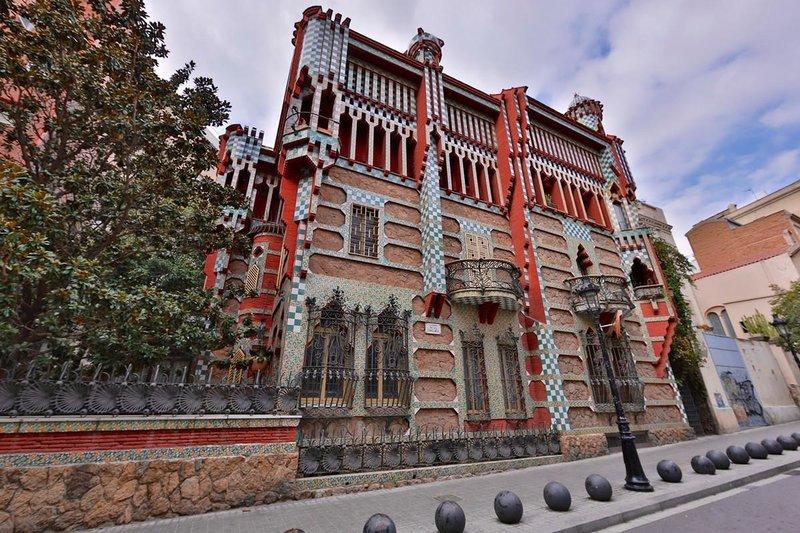Дом Висенс — частный жилой дом, который был построен в 1883—1885 годах по заказу дона Мануэля Висенс-и-Монтанера.