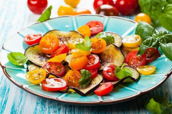 Салат из жареных баклажанов с огурцами