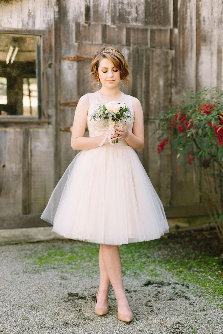 Невеста в коротком свадебном платье