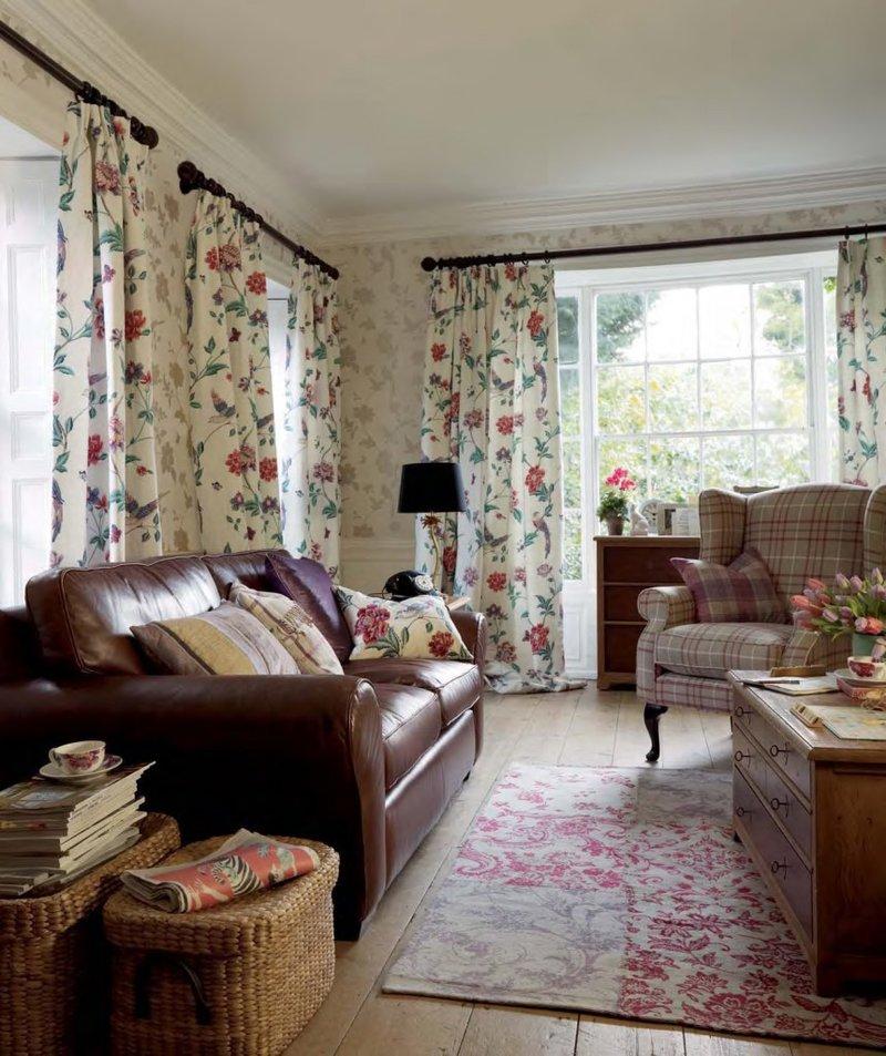 Комната в стиле кантри с плетеными ящиками.
