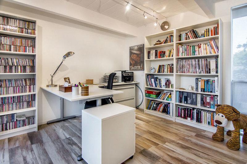Дизайн и интерьер домашнего кабинета - В современном стиле (в светлых тонах, стол у стены)