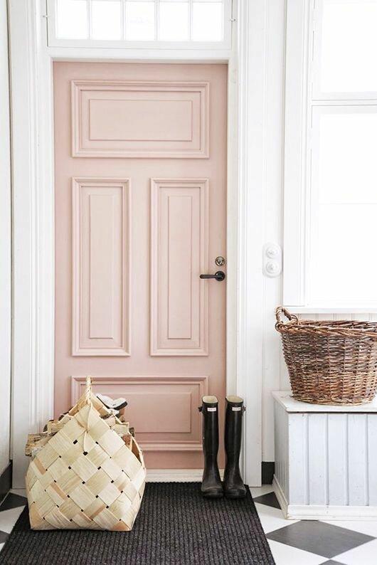 Даже в самом бюджетном интерьере не обойтись без дверей. Так почему бы не сделать их элементом декора? Современный стиль приветствует белые лаконичные двери со стеклом. В сочетании с белым плинтусом они всегда будут смотреться парадно. А вот просто гладкие могут выглядеть скучно, поэтому лучше сделать их цветными. Оттенок дверей можно подобрать к цвету стен или мебели.