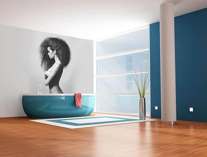 Девушка в ваной комнате