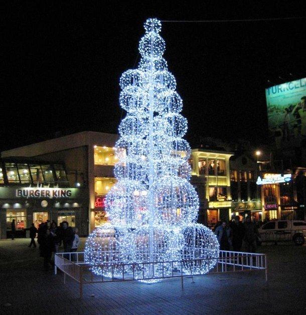Турция – еще одна страна, где христианство не является общенациональной религией, тем не менее, здесь можно встретить довольно красивые елки. Эта елка была установлена в 2012 году в одном из торговых центров Стамбула.