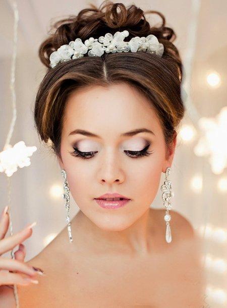 В день своей свадьбы невеста должна выглядеть идеально. Визажисты салона ГламурА выполнять безупречный свадебный макияж. Профессиональный визаж не только подчеркнет ваш образ, он буде универ