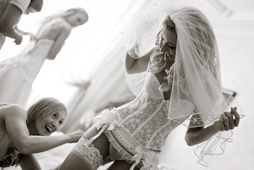 Невесты поправляют трусы